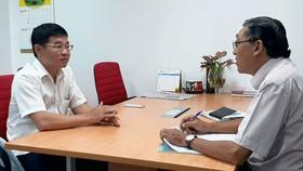 Ông Lưu Hải Ca (trái) trả lời phóng viên Báo SGGP  về việc giải quyết đền bù cho cư dân bị thiệt hại trong vụ cháy.   Ảnh: THU HƯỜNG