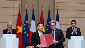 Tổng Bí thư Nguyễn Phú Trọng và Tổng thống Cộng hòa Pháp Emmanuel Macron đã chứng kiến Lễ ký kết Biên bản ghi nhớ giữa Tập đoàn T&T và Tập đoàn Bouygues của Pháp