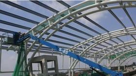 Ban Quản lý đường sắt đô thị số 1 đang tiến hành thi công hệ thống mái vòm nhà ga bằng thép tại nhà ga Bình Thái. Ảnh: TTXVN