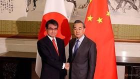Ngoại trưởng Nhật Bản Taro Kono (trái) và người đồng cấp Trung Quốc Vương Nghị. Ảnh: REUTER
