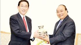 Thủ tướng Nguyễn Xuân Phúc tặng quà lưu niệm ông Fumio Kishida                                                                                                Ảnh: TTXVN