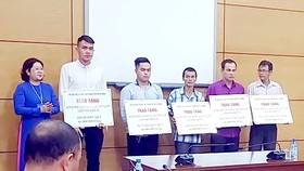 Đại diện Sở GD-ĐT TPHCM trao tặng bằng khen và số tiền vận động ủng hộ đến các hiệp sĩ