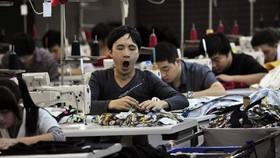 Cuộc chiến tranh thương mại Mỹ - Trung gia tăng sức ép đối với nền kinh tế lớn thứ nhì thế giới.  Ảnh: WSJ