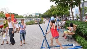 Người dân vui chơi bên kênh Nhiêu Lộc - Thị Nghè. TPHCM cần nhiều không gian công cộng, cây xanh để thúc đẩy sự cởi mở, sáng tạo Ảnh: VIỆT DŨNG