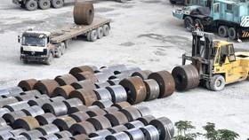 Bốc dỡ thép tại cảng Rau quả, quận 7            Ảnh: Cao Thăng