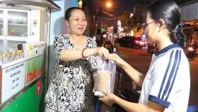 Dù khởi sự kinh doanh khi tuổi đã cao,  nhưng bà Lê Bích Quyên (trái) tự tin mình sẽ thành công