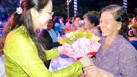 Chủ tịch Hội LHPN TPHCM Nguyễn Thị Ngọc Bích  tặng hoa tri ân cán bộ, chiến sĩ Ban Phụ vận  Sài Gòn  - Gia Định