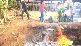 Lực lượng chức năng huyện Bù Đốp, tỉnh Bình Phước tiêu hủy thuốc lá lậu