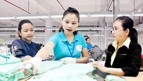 Chủ tịch Công đoàn Quản Trần Thiên Nga (bìa trái) và Bí thư Chi bộ Lê Thị Yên Nhi (bìa phải) thuộc Công ty TNHH MTV L&T (quận 12) luôn đồng hành, động viên công nhân trong đơn vị.         Ảnh: QUANG HUY