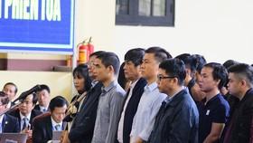 Bị cáo Nguyễn Thanh Hóa (hàng đứng, thứ 4 từ trái qua) nghe tuyên án tại phiên tòa sơ thẩm
