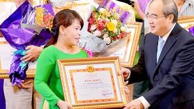Bí thư Thành ủy TPHCM Nguyễn Thiện Nhân biểu dương, khen thưởng các tập thể, cá nhân có thành tích xuất sắc trong học tập và làm theo tư tưởng, đạo đức,                            phong cách Hồ Chí Minh năm 2017-2018                .  Ảnh: VIỆT DŨNG
