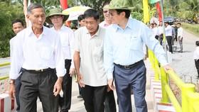 Nguyên Chủ tịch nước Trương Tấn Sang cùng lãnh đạo địa  phương và người dân tham quan cầu mới