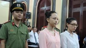 Trương Hồ Phương Nga (áo hồng) và Nguyễn Đức Thùy Dung (áo trắng) trong một phiên tòa