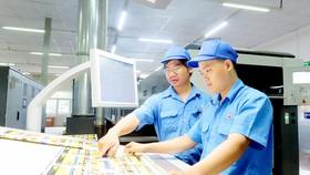 Được thông báo mức thưởng tết cao, công nhân Công ty In số 7 rất phấn khởi, an tâm làm việc trong những ngày cuối năm.    Ảnh: THÁI PHƯƠNG