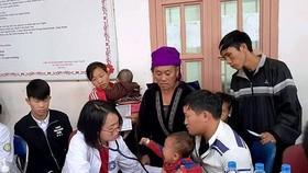 Nhiều đồng bào người dân tộc được các bác sĩ trẻ khám bệnh, tư vấn về chăm sóc sức khỏe