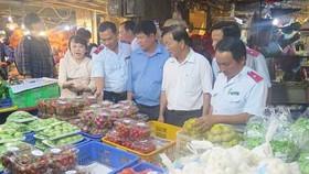 Cơ quan quản lý kiểm tra thực tế ATTP tại các chợ đầu mối