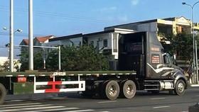 Một chiếc trong đoàn xe container vượt đèn đỏ. Ảnh cắt từ clip