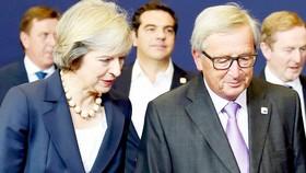 Thủ tướng Anh Theresa May (trái) vẫn miệt mài tìm kiếm một thỏa thuận Brexit mà cả Anh và EU đều chấp nhận