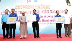 Ông Ngô Thanh Trí - Phó Giám đốc Công ty XSKT Đồng Tháp  (bìa phải)nhận bảng tượng trưng trao nhà tình thương từ đơn vị tổ chức