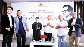 Đại diện gia đình nhạc sĩ Trịnh Công Sơn và ê kíp sản xuất phim tại buổi  công bố dự án