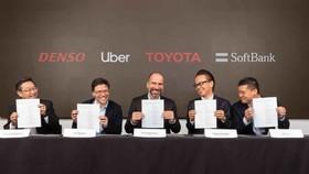 CEO Uber Dara Khosrowshahi và các đối tác tại buổi ký kết thỏa thuận đầu tư. ẢNH: UBER