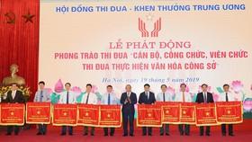 Thủ tướng Nguyễn Xuân Phúc trao Cờ thi đua của Chính phủ cho các địa phương. Ảnh VGP