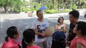 Một nhóm sinh viên ra công viên gặp người nước ngoài để luyện tiếng Anh