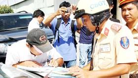 Cảnh sát giao thông TPHCM xử lý tài xế xe quá tải ở cửa ngõ Đông Bắc thành phố