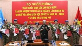 Thượng tướng Nguyễn Chí Vịnh trao quyết định của Chủ tịch nước cho 7 sĩ quan đi làm nhiệm vụ gìn giữ hòa bình tại Nam Sudan và Cộng hòa Trung Phi.