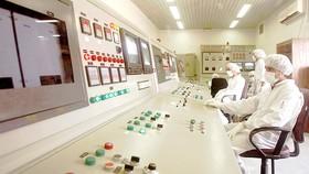 Kỹ thuật viên Iran làm việc tại cơ sở làm giàu uranium ở Isfahan