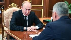 Tổng thống Nga Vladimir Putin (trái) chỉ thị Bộ trưởng Quốc phòng Sergei Shoigu điều tra về vụ cháy tàu ngầm, trong cuộc họp tại Moskva ngày 2-7. Nguồn: TTXVN