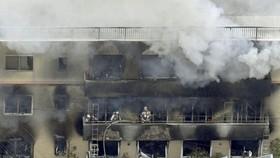 Lính cứu hỏa tại hiện trường vụ cháy xưởng phim hoạt hình Kyoto Animation ở Nhật Bản. Ảnh: REUTERS