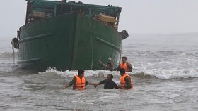 Đưa 6 thuyền viên tàu vỏ thép bị chìm vào bờ an toàn