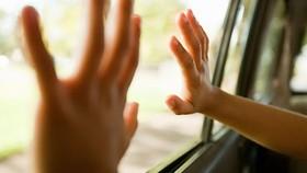 Nguy hiểm khi để trẻ trong ô tô
