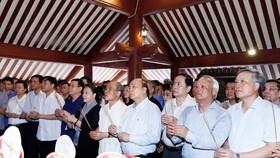Thủ tướng Nguyễn Xuân Phúc, Chủ tịch Quốc hội Nguyễn Thị Kim Ngân cùng các đồng chí lãnh đạo,  nguyên lãnh đạo Đảng, Nhà nước dâng hương tại Đền thờ Bác Hồ trên đỉnh núi Ba Vì, TP Hà Nội.  Ảnh:  TTXVN