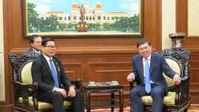 Chủ tịch UBND TPHCM Nguyễn Thành Phong (phải) tiếp ông Im Hen, Tổng Lãnh sự  Vương quốc Campuchia tại TPHCM