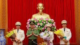 Bộ trưởng Tô Lâm tặng hoa chúc mừng các Nghệ sĩ nhân dân vừa được Nhà nước phong tặng danh hiệu.