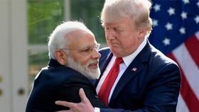 Tổng thống Mỹ Donald Trump chào đón Thủ tướng Ấn Độ Modi (trái) thăm Nhà Trắng. Ảnh: AP