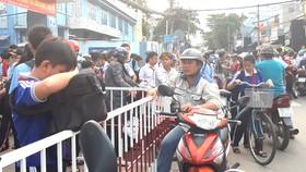 Kẹt xe vào giờ tan học trước cổng Trường THCS Lý Tự Trọng
