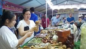 Hội chợ tại các địa phương thu hút  đông đảo người tiêu dùng tham quan, mua sắm