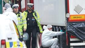Cảnh sát Anh và chuyên gia  pháp y tại hiện trường vụ 39 thi thể trong container