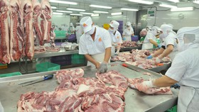 Pha lóc thịt heo cung ứng bình ổn thị trường. Ảnh: THÀNH TRÍ