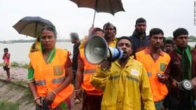 Bangladesh vận động người dân đến nơi tránh bão an toàn. Nguồn: TTXVN