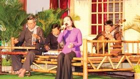 Biểu diễn bản Dạ cổ hoài lang tại lễ khai mạc Tuần Văn hóa - Du lịch Bạc Liêu. Ảnh: TẤN THÁI