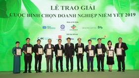 Đại diện Hòa Bình nhận giải báo cáo thường niên 2019