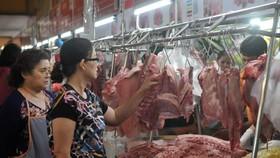 Mua thịt heo tại chợ Bến Thành. Ảnh: CAO THĂNG