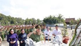 Bộ trưởng Bộ Công an, dẫn đầu cùng lãnh đạo tỉnh Tây Ninh, các cán bộ lão thành cách mạng đã đến dâng hoa, thắp hương tưởng niệm các anh hùng liệt sĩ