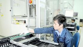 Sản xuất pin điện thoại di động tại Công ty Greystone Data Systems Việt Nam (Hoa Kỳ). Ảnh: CAO THĂNG