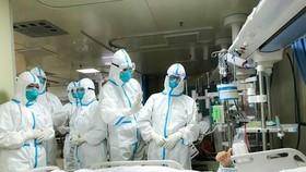 Nhân viên y tế chuyển bệnh nhân nhiễm virus nCoV tại bệnh viện ở thành phố Vũ Hán, tỉnh Hồ Bắc, Trung Quốc ngày 30-1-2020. Ảnh: THX/TTXVN