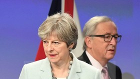Thủ tướng Anh Theresa May (trái) và Chủ tịch Ủy ban Châu Âu Jean-Claude Juncker trong một cuộc gặp tại Brussels (Bỉ). (Nguồn: TTXVN